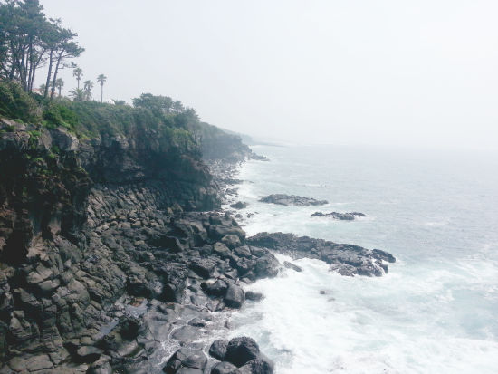 '큰엉' 큰언덕을 뜻하는 제주도방언. 큰바위가 바다를 집어삼킬듯 입을 벌리고 있는 언덕이라하여 불려진 명칭이라고 한다.  제주올레길 5코스가 곁에 있다.