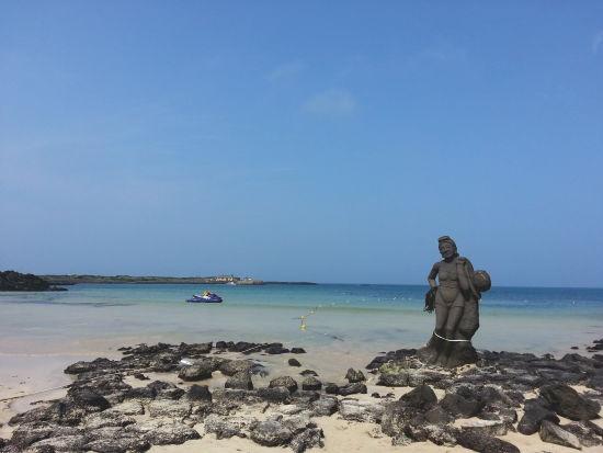 섬안의 섬. 우도. 그안에 존재하는 해수욕장' 애매랄드 빛 바다는 마음마져 부유하게 빛나게 한다.