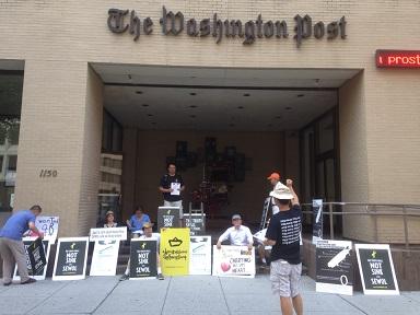 세월호 특별법 제정을 위한 워싱턴 시위 워싱턴 포스트 본사 앞에서 특별법 제정 촉구를 위한 시위를 하고 있다.