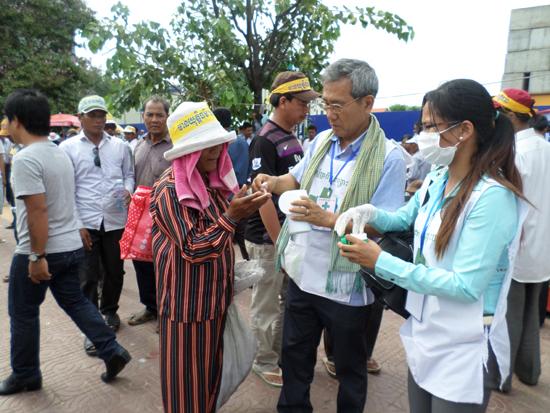 민주화 시위 현장에서 7월 총선의 부정선거를 규탄하고 재개표를 주장하는 대규모 시위가 프놈펜 자유공원에서 수차례 열렸다. 외국인은 시위에 참여할 수 없었다. 대신 적십자 구호대원 자격증을 딴 다음 구호요원으로 활동했다.
