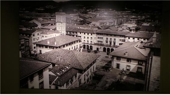 게르니카 평화 박물관에 걸린 전쟁으로 파괴후의 게르니카 전경과(위) 복구된 현재의 모습(아래)
