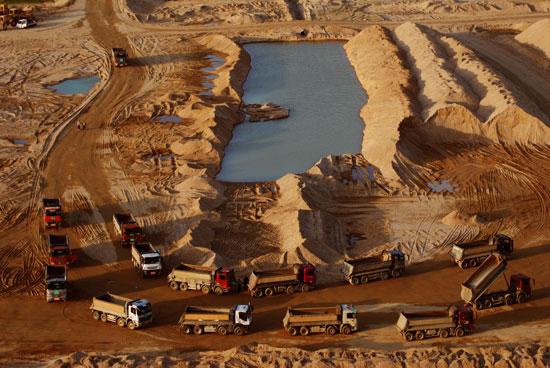 4대강 사업이 시작되면서 비단강이라 불리던 금강의 금빛모래사장은 중장비의 소음으로 진동했다. 충남 공주시 공산성(사적 제12호) 앞 모래톱에 준설이 시작되면서 대형덤프 트럭들이 줄지어 들어서고 있다.