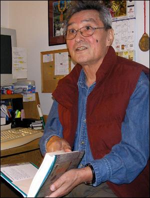 미국 버니지아주 자택에 마련된 <심훈기념관 > 에서 아버지 심훈의 자료를 설명하고 있는 심재호씨(지난 2010년 4월)