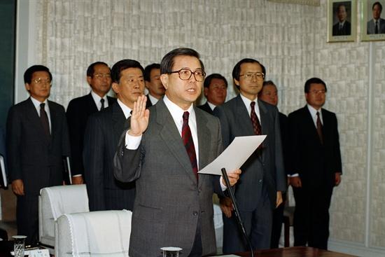 국회 국방위의 안전기획부 국정감사에서 김덕 안기부장이 선서를 하고 있다. 1993.10.18