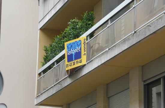 파리의 현대 아파트. A Vendre 매매 아파트라는 뜻.