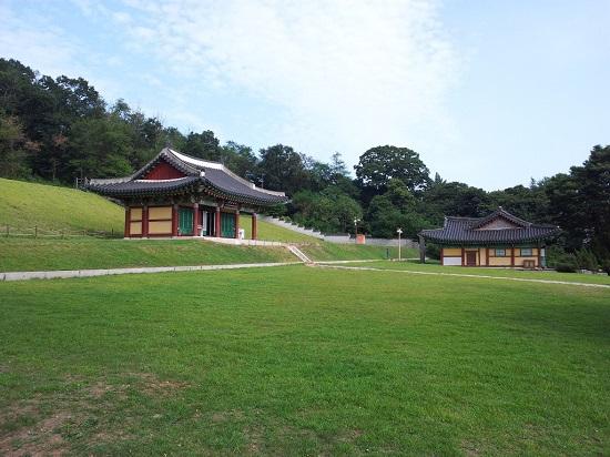 왼쪽에 보이는 건물이 복원한 외규장각입니다.
