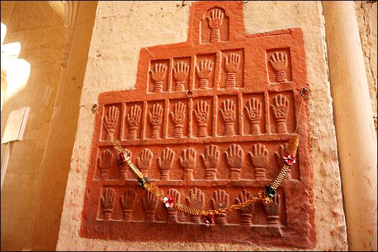사띠 사띠란, 남편이 죽으면 살아있는 부인도 함께 장작더미에 화장을 시키는 힌두교식 장례 풍습. 메헤랑가르 성의 문에 새겨진 31개의 슬픈 손도장은 한 철부지 마하라자가 거느렸던 부인들의 것으로 사띠를 거행한 증표. 아직도 인도에서는 공공연히 혹은 비밀리에 사띠가 자행되고 있다고 한다. (조드뿌르)