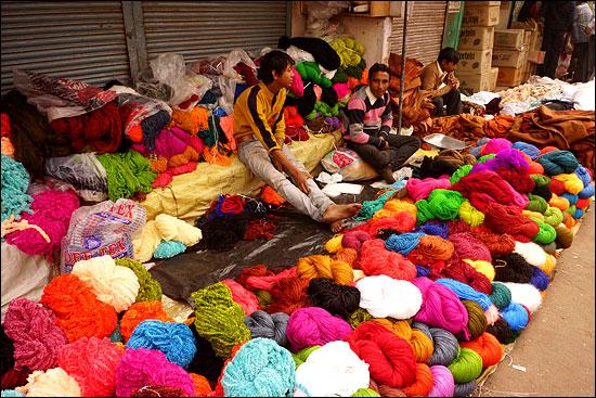 저 색깔만큼이나 인도 여행은 찐~했다. (아그라의 어느 시장에서)