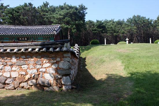 이규보 사당 오른쪽으로 보이는 이규보 묘소