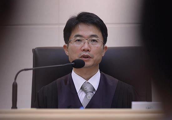 천종호 판사는 '소년범의 대부'로 불린다. 하지만 '호통판사' 혹은 '천10호'로 불릴 정도로 엄한 판사이기도 하다.