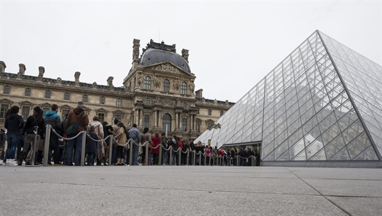 프랑스 루브르 박물관 정상 운영 Tourists queue outside the Louvre Museum in Paris, France, 11 April 2013. The Louvre reopened 11 April with reinforced police presence and security following a one-day closure after a staff walk-out to protest against the rising number of pickpockets operating within the museum targeting tourists and museum employees. EPA/IAN LANGSDON