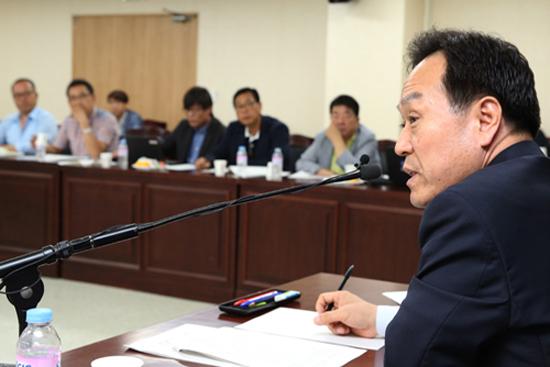 이필운 안양시장이 25일 안양시청 상황실에서 가진 기자간담회에서 시 재정상황에서 대해 설명하고 있다.