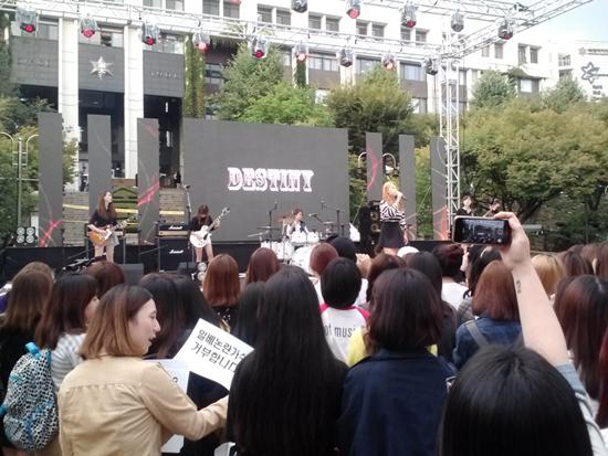 9월 25일 숙명여대 축제 현장 숙명여대 락그룹 데스티니가 축제를 맞아 공연을 하고 있다.