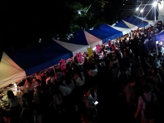 9월 25일 숙명여대 축제 현장 저녁이 되자 숙명여대 캠퍼스는 축제를 즐기러 온 대학생들로 인산인해를 이루고 있다.