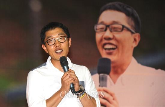 방송인 김제동씨가 27일 오후 김해 장유스포츠센터에서 생활자치센터 '우리동네사람들'의 시민문화학교 초청특강했다.