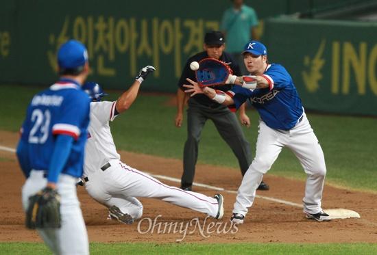 의욕 앞서다가 아웃되는 장즈시엔 대만 야구 대표팀 쟝즈시엔이 28일 오후 인천 문학구장에서 열린 '2014 인천아시아경기대회' 야구 결승 한국과의 경기에서 2회말 왕보롱의 투수 플라이 아웃 때 1루로 귀루하다가 아웃되고 있다.