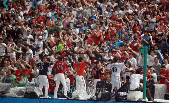 한 자리에 모인 각 구단 응원단장 28일 오후 인천 문학구장에서 열린 '2014 인천아시아경기대회' 야구 결승 한국과 대만과의 경기에서 프로야구 각 구단 응원단장이 응원석에 올라와 열띤 응원을 펼치고 있다.