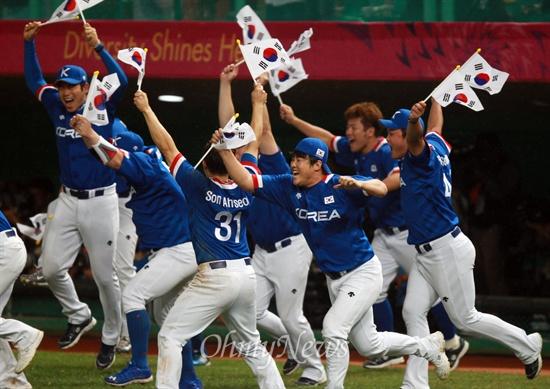야구, 대만 꺾고 금메달…AG 2연패  한국 야구 대표팀이 28일 오후 인천 문학구장에서 열린 '2014 인천아시아경기대회' 야구 결승 대만과의 경기에서 6대 3으로 승리하며 금메달을 획득하자 손에 태극기를 들고 그라운드로 뛰어나오고 있다.