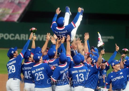행가레 받는 류중일 감독 한국 야구 대표팀이 28일 오후 인천 문학구장에서 열린 '2014 인천아시아경기대회' 야구 결승 대만과의 경기에서 6대 3으로 승리한 금메달을 획득하자, 선수들이 류중일 감을 행가레치고 있다.