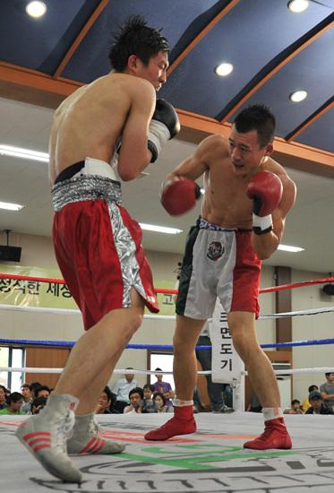 강기준(오른쪽)이 공격하고 있다
