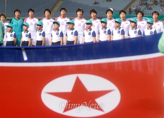 승리 기원하는 북한 여자축구 대표팀 북한 여자축구 대표팀 선수들이 29일 오후 인천 문학월드컵경기장에서 열린 '2014 인천아시아경기대회' 여자축구 4강 한국과의 경기에 앞서 애국가를 부르고 있다.