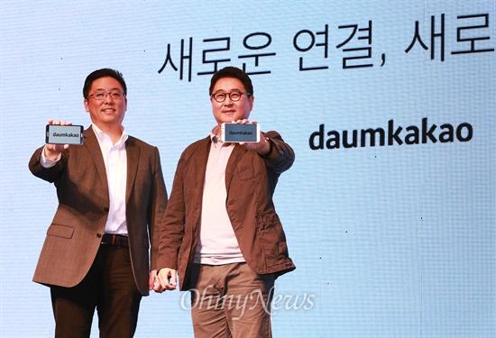 1일 오전 서울 소공동 웨스턴조선호텔에서 열린 '다음카카오' 출범 기자회견에서 최세훈, 이석우 공동대표가 'daumkakako' 로고를 선보이고 있다.