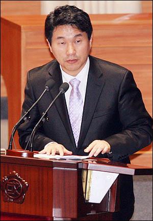 2010년 11월 5일 이주호 교육과학기술부 장관이 교육·사회·문화에 관한 국회 대정부질문에 출석해 질의에 답변하고 있다.