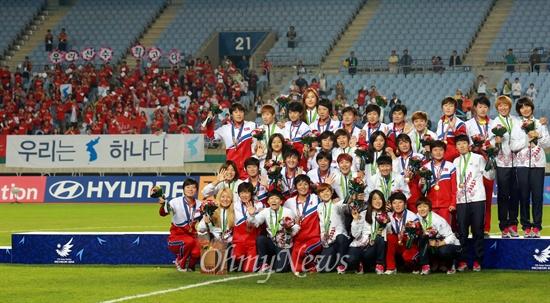 기념촬영하는 남북한 여자축구 '우리는 하나다' 1일 오후 인천 문학월드컵경기장에서 열린 '2014 인천아시아경기대회' 여자축구 시상식에서 금메달을 획득한 북한 축구대표팀 선수들과 동메달을 획득한 한국 축구대표팀 선수들이 기념촬영을 하고 있다.