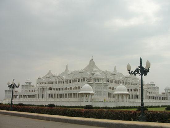 인도에 있는 원네스 유니버시티와 템플 전경