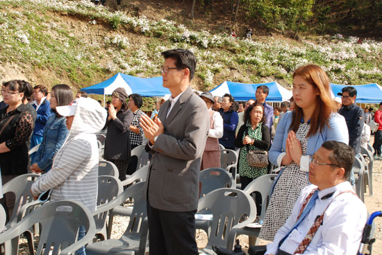 참석자들이 부처님에게 예를 올리고 있다.