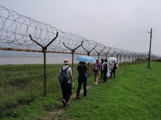 민통선 안의 철책을 따라 걸었던 '민통선 평화걷기'의 모습.