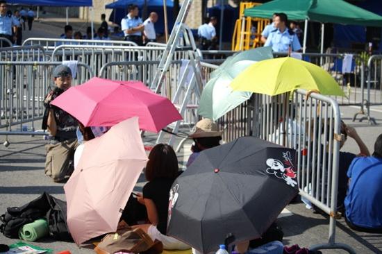 홍콩의 반중 시위 사태 9일째를 맞은 6일 오전 홍콩 특별행정구 정부의 공무원들이 어수선한 분위기 속에서 업무에 복귀했다.  완차이(灣仔)와 센트럴(中環) 등 홍콩섬 서부 지역 중·고등학교(세컨더리스쿨)도 이날 1주일 만에 정상 수업을 재개했다. 전날 시위대가 봉쇄를 풀기로 했던 행정장관 판공실에는 학생을 중심으로 한 시위대 20여 명이 경찰과 대치하고 있다.