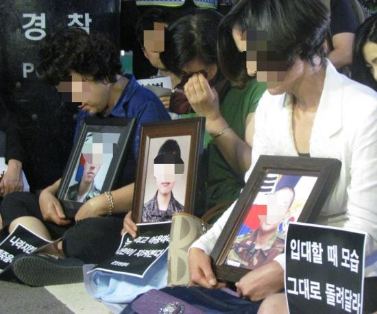 8월 8일 국방부 앞에서 열린 추모제에서 윤일병을 비롯한 군대 내 인권침해 피해자들의 유가족들 모습