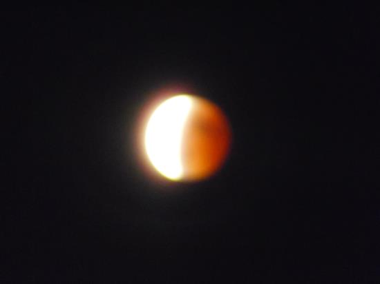 월식으로 인해 붉은 달을 볼 수 있었다.