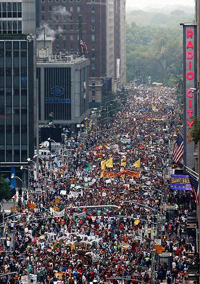 뉴욕 기후정상회의를 앞두고 열린 전세계에서 열린 '피플즈 클라이밋 마치(People's Climate March)'. 사진은 월스트리트에서 진행된 '로빈후드세 랠리'.