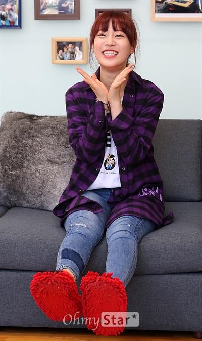 허영지, 꽃같은 '룸메이트' 10일 오후 서울 성북동에서 진행된 SBS 일요일저녁 예능프로그램 <일요일이 좋다-룸메이트 시즌2> 현장공개 및 기자간담회에서 카라의 허영지가 꽃받침을 만들며 웃고 있다.
