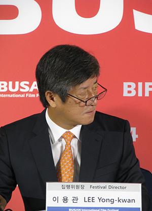 19회 부산국제영화제 결산 기자회견에서 이용관 집행위원장이 심사위원들의 설명을 듣고 있다.