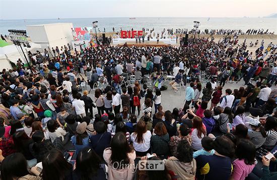 야외무대 행사가 열리는 해운대 비프빌리지를 찾은 부산영화제 관객들