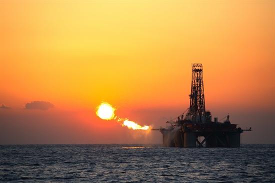 한국석유공사는 26일 부산 남항에 정박해 있는 두성호에서 '취항 30주년 기념행사'를 열었다. 두성호는 부산에서 정비작업을 마치고 나서 28일 사할린으로 이동, 가스프롬사 시추작업을 할 예정이다. 올해 12월께 국내로 돌아와 대우인터네셔널의 국내 대륙붕 6-1 남부지역에서 시추작업을 하게 된다. 2014.6.26