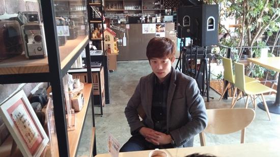"""홍창우 """"식상한 표현이겠지만 음악은 무의미했던 제 삶에 활력을 불어 넣어 주었답니다. 일과 음악을 병행하는 것이 때론 힘들고 지칠 때도 있지만, 그 어느 때보다 음악에 대해 조금씩 알아가고 인정받는 제 자신을 보면서 뿌듯함을 느낀답니다."""""""