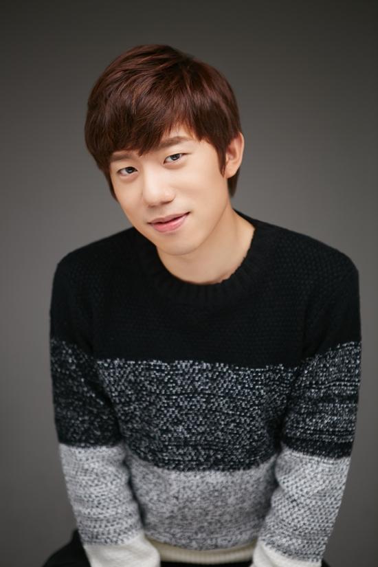 신인가수 홍창우 홍창우는 2014년 1월 '홍씨러브', '컴투미'가 수록된 디지털 싱글 앨범 < The First Chapter(더 퍼스터 챕터) >를 발표하고 곧바로 5월에 <그런 사이>를 발표했다.