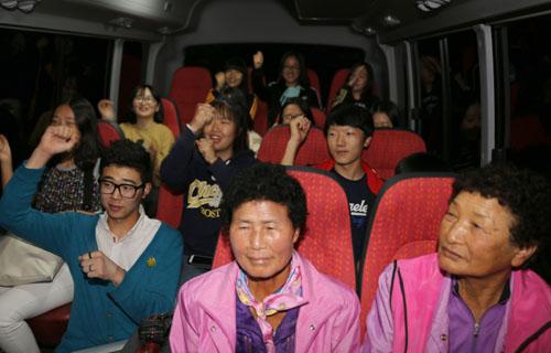 시네마 버스를 타고 영화를 본 신안 비금도 주민들. 70대와 80대 할머니부터 학생들까지 세대를 넘어 참여했다.