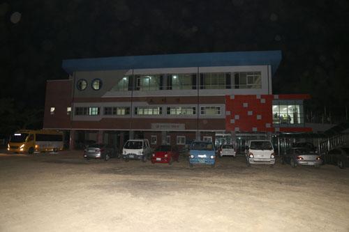 '찾아가는 영화관'이 들어선 신안 비금초등학교. 섬마을 사람들이 타고 온 자동차와 시네마버스가 줄지어 서 있다.