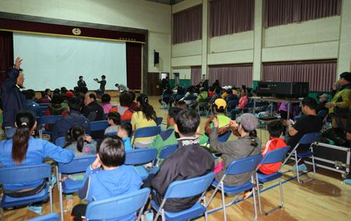 '찾아가는 영화관'이 열린 신안 비금초등학교 강당. 김태수 전남문화예술재단 팀방이 인사말을 하고 있다.