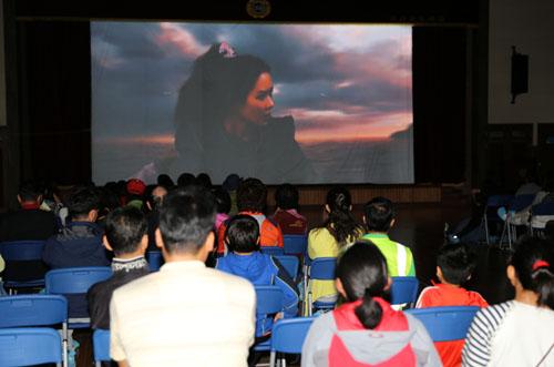 신안 비금초등학교에 들어선 '찾아가는 영화관'에 온 섬마을 주민들이 영화 '해적'을 보고 있다.