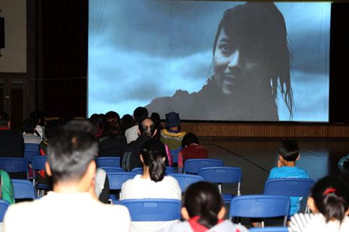 신안 비금도에 설치된 '찾아가는 영화관'에서 섬마을 주민들이 영화 '해적'을 보고 있다.