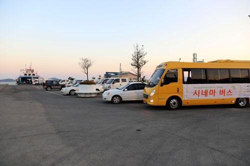 지난 11일 '찾아가는 영화관'이 열린 신안 비금도. 가산항에 시네마 버스가 멈춰 마을사람을 기다리고 있다.