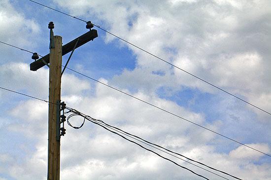 작업 중에 안전사고가 많이 일어나는 전기원 노동자들.
