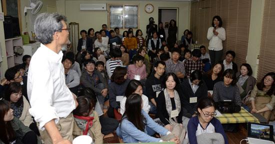 교육문화연구학교 질의 응답 시간 한 참석자는 한국사회에는 강력한 구심점이 없는 것 같은데 변화가 과연 가능할런지를 물었다.