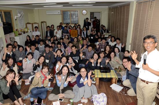 교육문화연구학교  오연호 기자와 참석자들의 행복한 전체 사진. 다들 표정이 행복해 보인다.